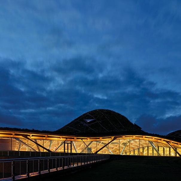 Vista nocturna del exterior de la destilería The Macallan