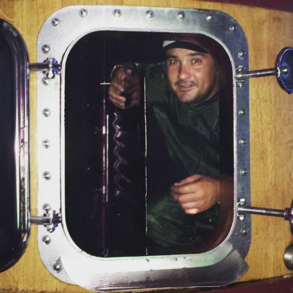 Germán dentro del depósito